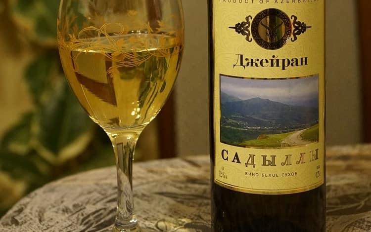 Белое сухое вино обладает приятным ароматом и нежным вкусом.