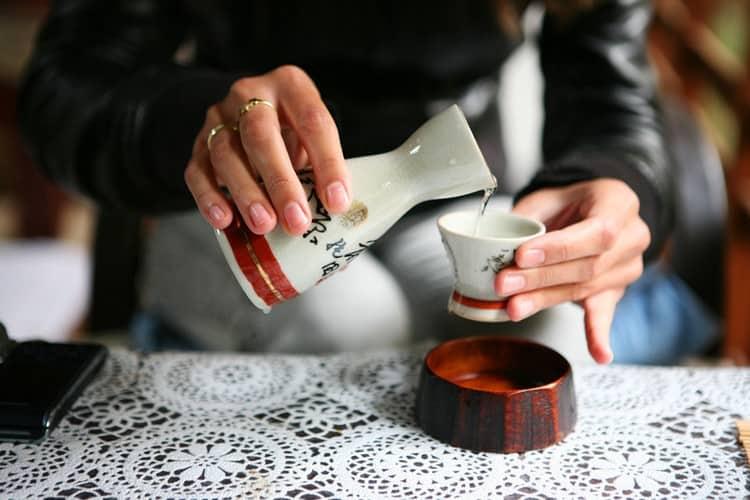 Если задуматься о том, что пьют с роллами алкогольное, то первое, что приходит на ум, это саке.