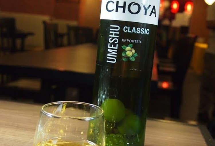 Поговорим о том, какой алкоголь пьют с роллами и суши.