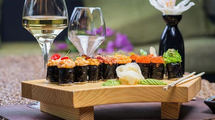 Поговорим о том, какое вино подходит к суши и роллам.