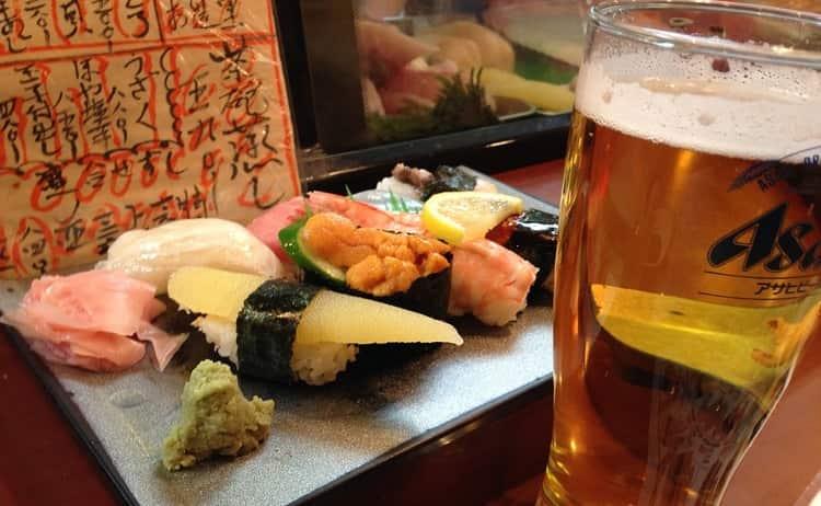 Можно запивать суши также пивом.