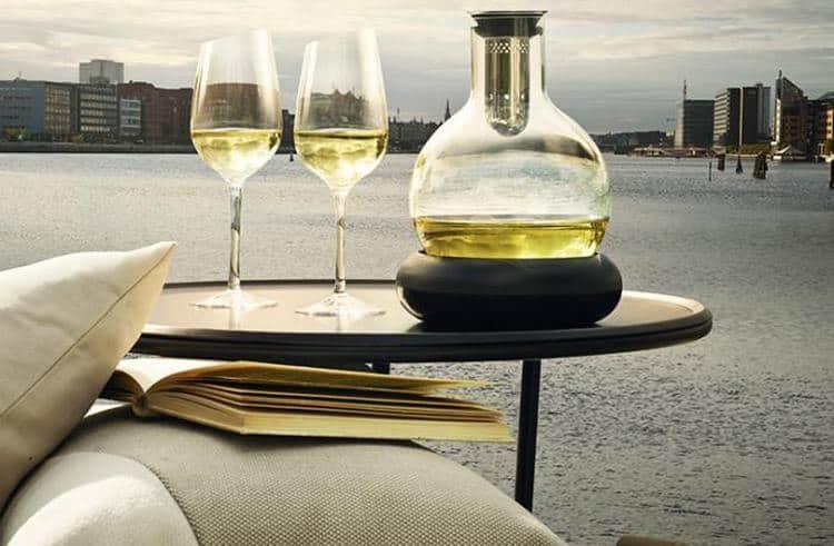 Декантер для белого вина должен быть округлым, с узким горлышком.