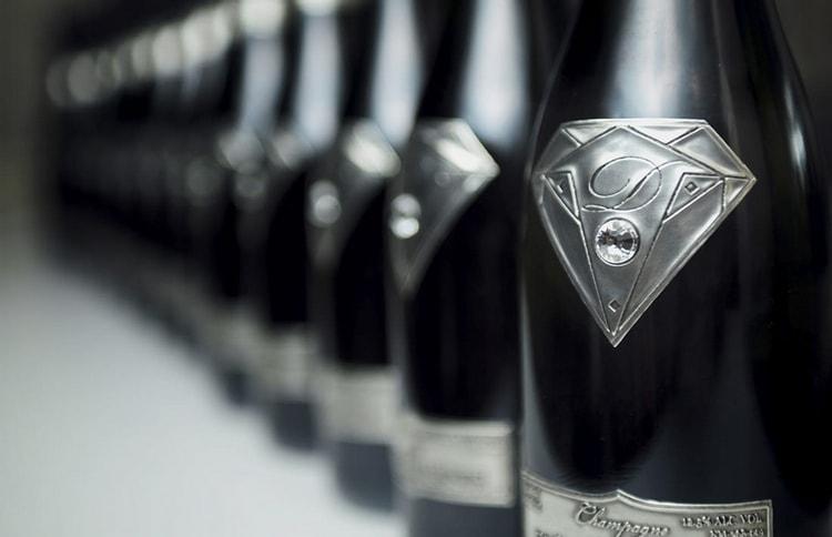 Эти бутылки оформлены при помощи белого золота и бриллиантов.