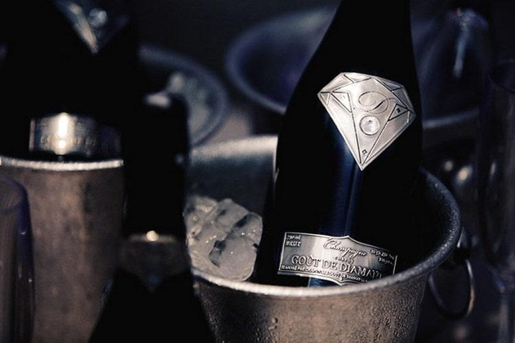 Дорогое шампанское определяется не только брендом, но и местностью, в которой вырос виноград для его производства, давлением в бутылке, историей напитка.