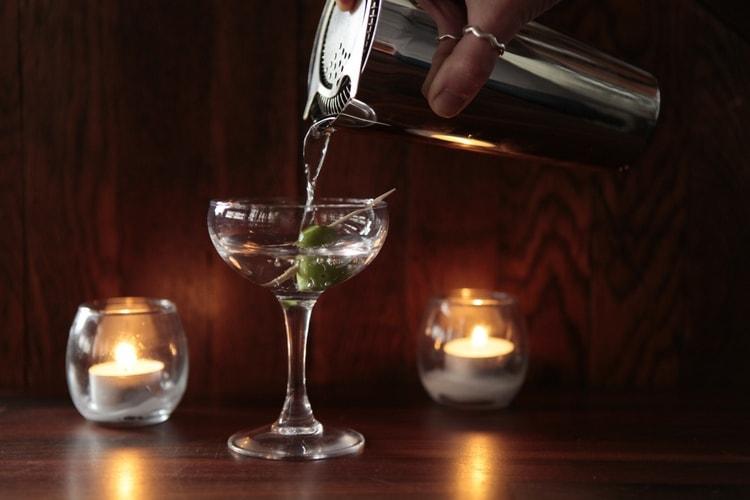 Подавать такой джин можно в любых бокалах.