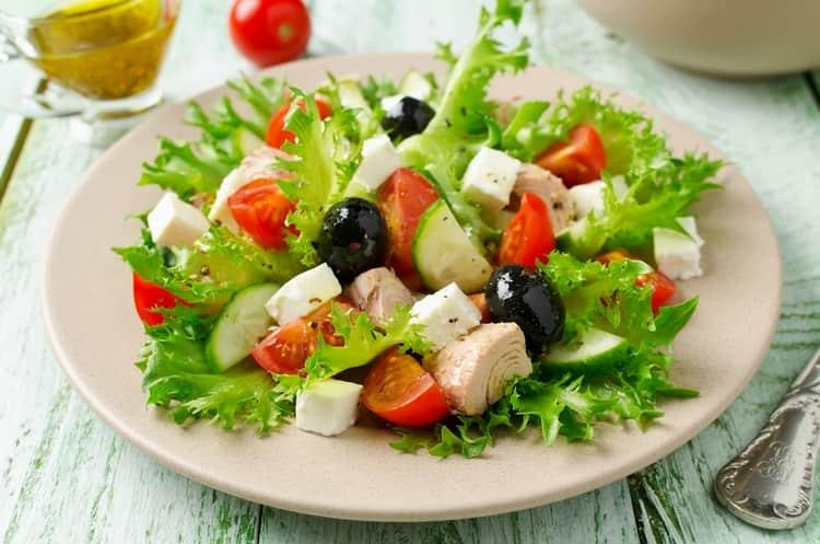 на закуску к довольно крепкому напитку можно подать мясные блюда и салаты.