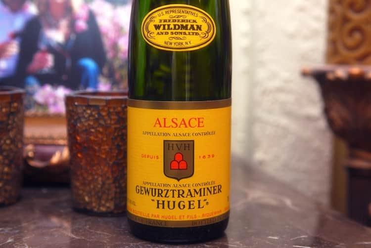 Белое сухое вино гевюрцтраминер производят разные марки.
