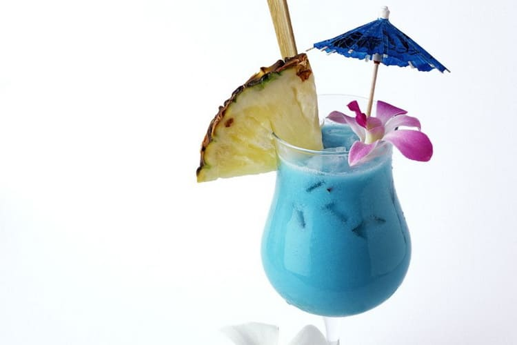 Как приготовить коктейль blue hawaii