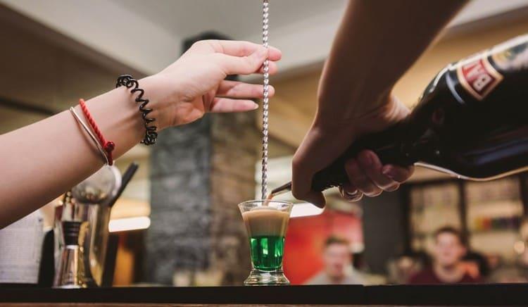 если ваши горящие коктейли должны быть слоистыми, желательно пользоваться специальной барной ложкой или хотя бы ножом, чтобы не нарушить слои напитка.