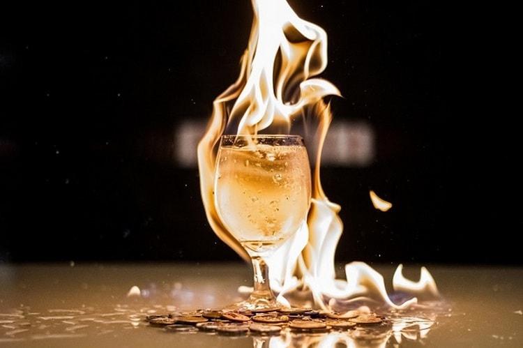 Узнайте, какой коктейль поджигают.