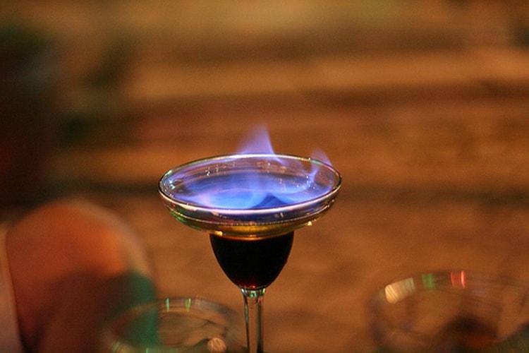Когда алкогольные коктейли поджигают, из них испаряется часть жидкости, а вкус становится более ярким и насыщенным.