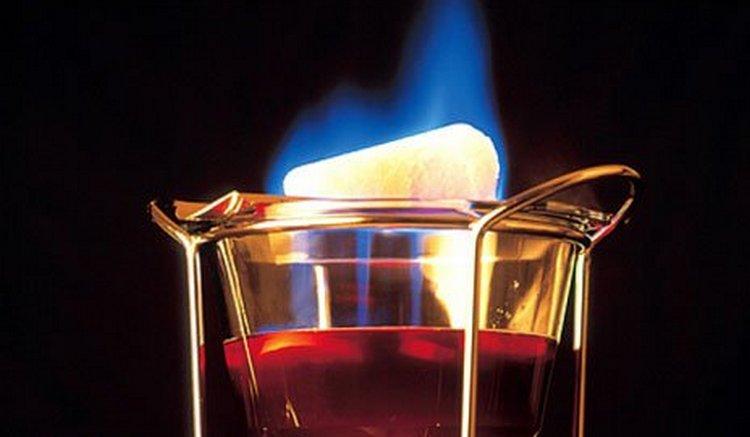 Узнайте, как называется коктейль, который поджигают.
