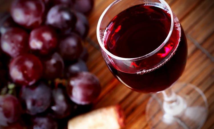 расширяет или сужает сосуды красное вино