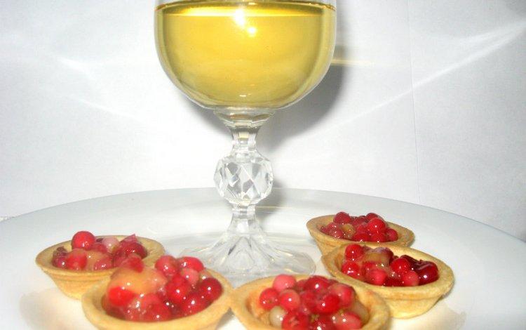 Подавать такие напитки можно буквально с тем же, с чем подают вина.