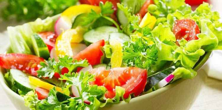 Вино Фанагория в виде закуски к которому может быть салат
