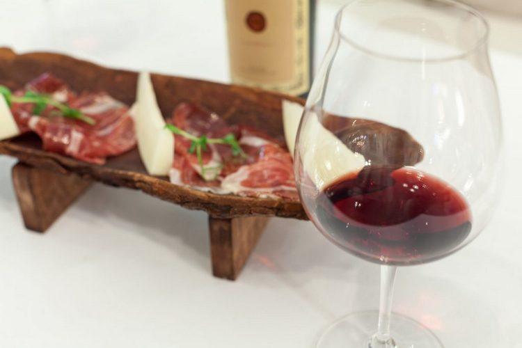 Красное сухое вино мальбек прекрасно подходит к мясным блюдам.
