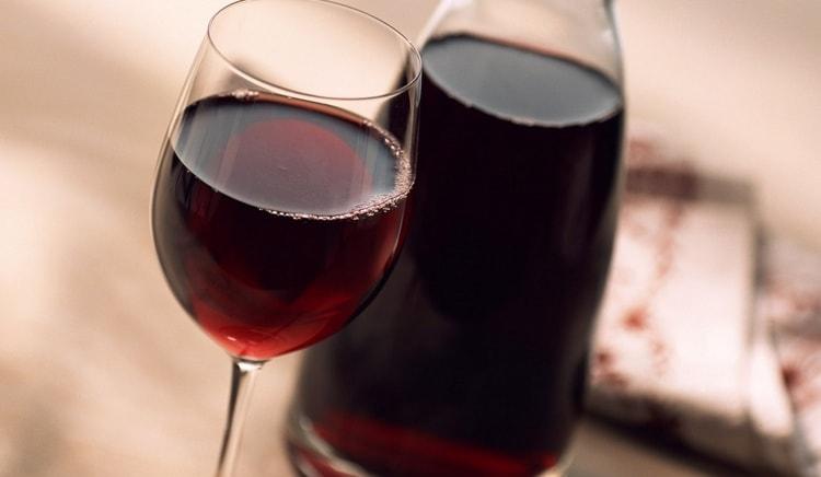 Теперь вы знаете, как сделать вино из черноплодной рябины в домашних условиях по простому рецепту.