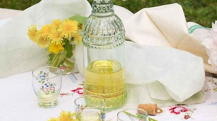 Вино из одуванчиков с лимоном и пряностями приготовленное дома