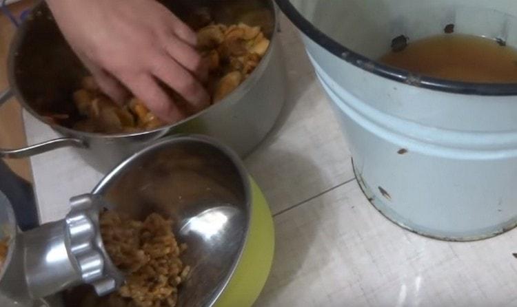 Сцедив жидкость, пропускаем сухофрукты через мясорубку.