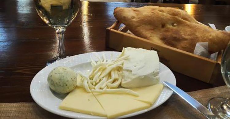 Вино цинандали с сырной тарелкой