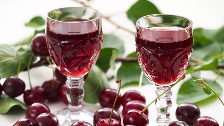 Опробуйте такой простой рецепт вишневого ликера в домашних условиях.