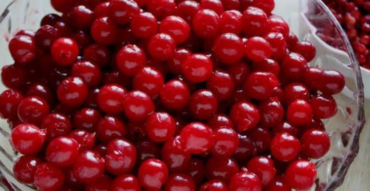 Чтобы приготовить вишневый ликер, хорошо промываем вишни.