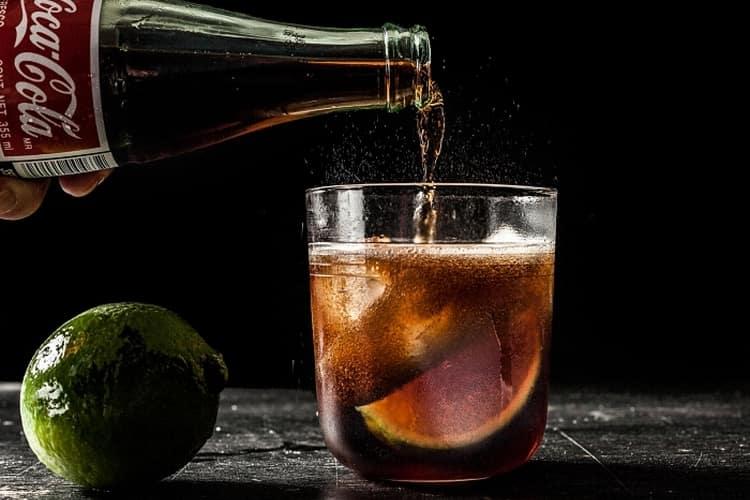 Водка с колой это достаточно популярный и при этом доступный коктейль.