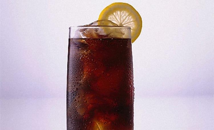 Употребление водки с колой можно вызвать нежелательные последствия в виде похмелья.