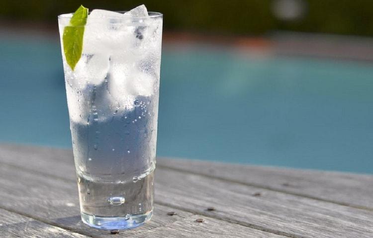 Коктейль, в составе которого есть водка и тоник, прекрасно освежает.