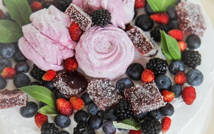 на закуску к таким оригинальным миксам можно подать сладости, салаты или фрукты.