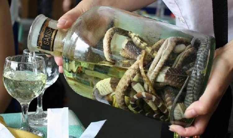 Настойка на змее называется также змеиным вином.