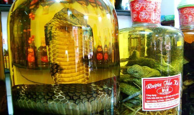 Водка из Китая со змеей является очень популярной сувенирной продукцией, которой впрочем приписывают много полезных свойств.