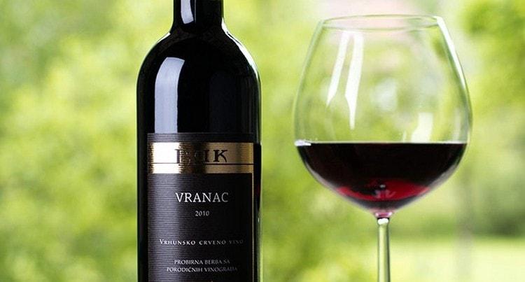 Вино вранац обладает насыщенным рубиновым цветом.