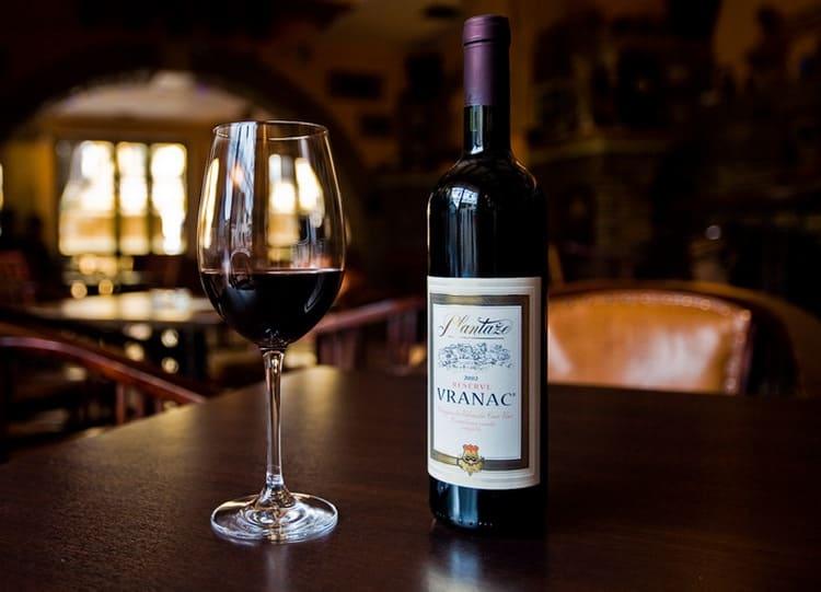 Сухое вино вранац пить желательно охлажденным, из бокалов формы тюльпан.