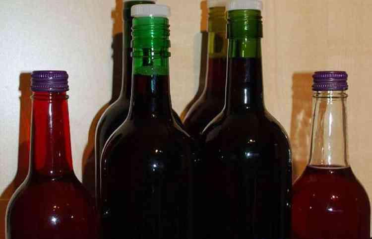 Заполняем бутылки вином
