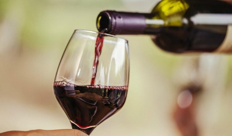 В нашем материале вы узнаете расширяет или сужает вино сосуды