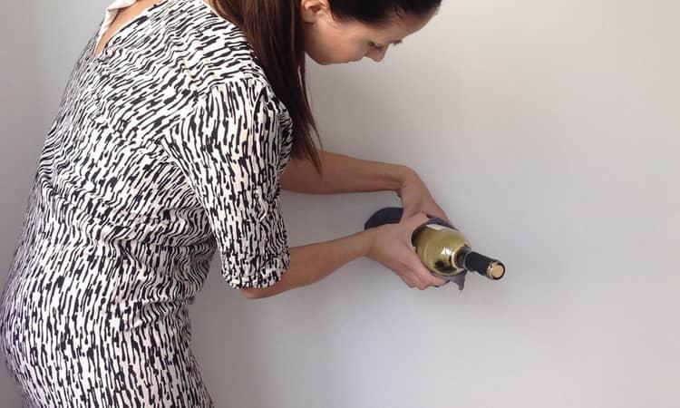 как открыть вино без штопора в домашних условиях девушке