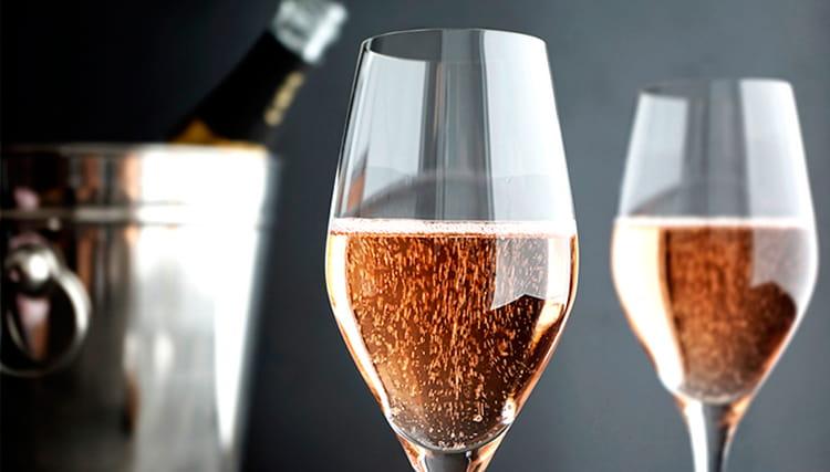 Как подавать клубничное шампанское