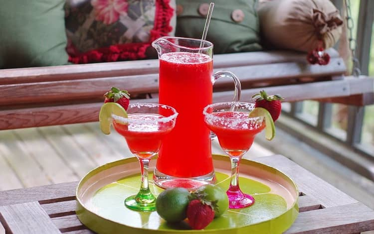 Вкусный коктейл Клубничные ласки