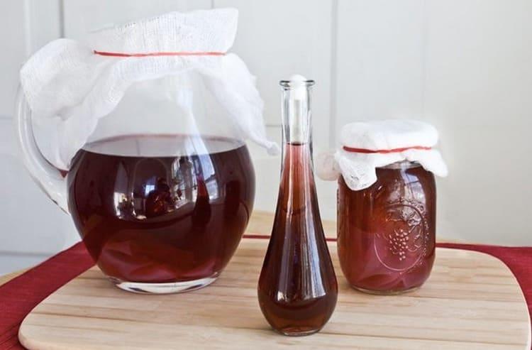 Если домашнее вино уже ушло в уксус, то, что можно делать из него, это элементарный винный уксус.