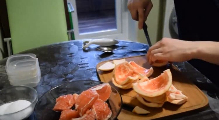 Мякоть фрукта режем на кусочки.