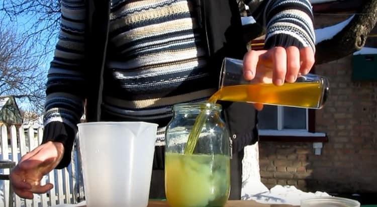 Смешиваем сироп с водочной настойкой.