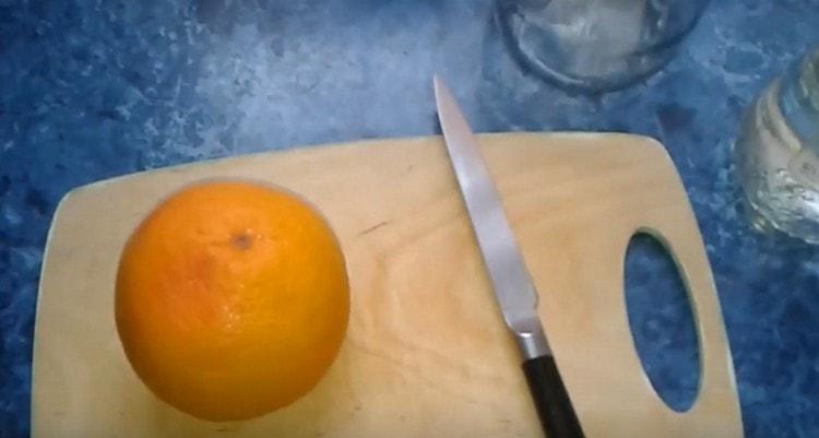 грейпфрут ошпариваем кипятком, вытираем.