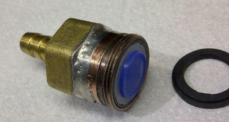 Одним из простых способов, как правильно подключить воду к самогонному аппарату, являются специальные переходники и трубки с резьбой.