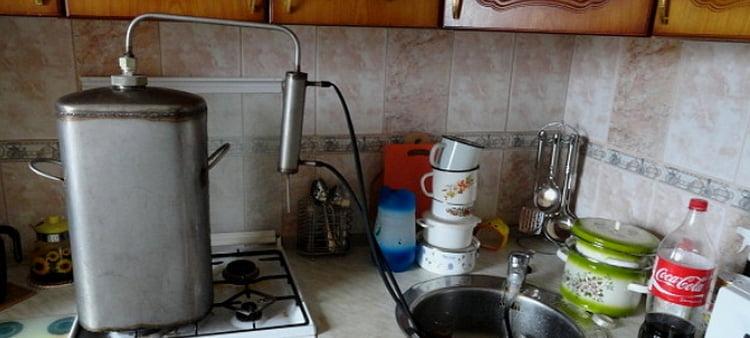 теперь вы знаете, как подключить самогонный аппарат к водопроводу.