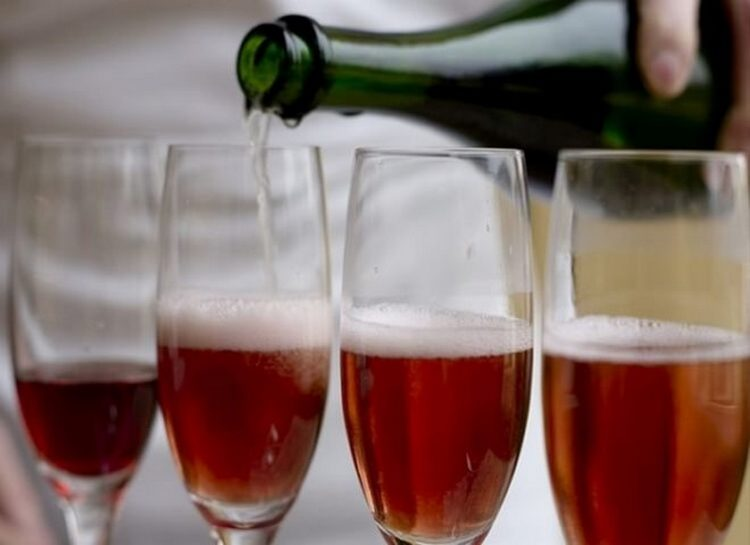 Узнайте, как сделать шампанское в домашних условиях.