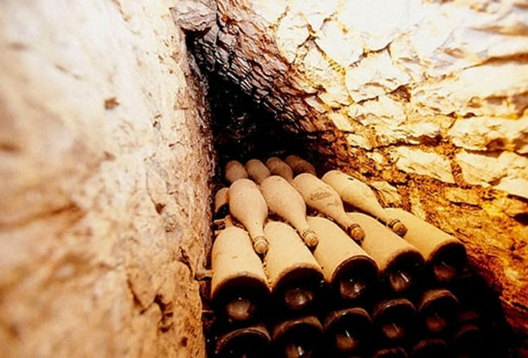 Узнайте также, сколько лет хранится шампанское в домашних условиях.