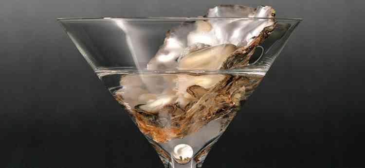 Коктейль Грязный мартини украсит ваш вечер в баре