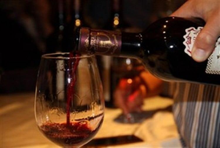 Подают напиток в традиционных бокалах для вина.