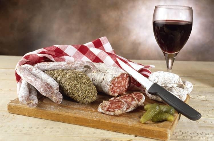 Гастрономическое сопровождение надо подбирать под конкретный сорт вина.